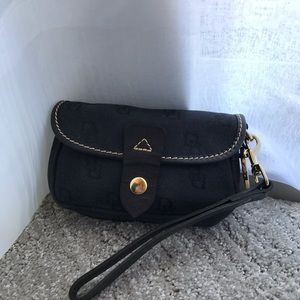 Dooney & Bourke wristlet - black